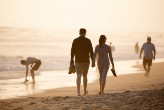 couple-holding-hands-on-beach